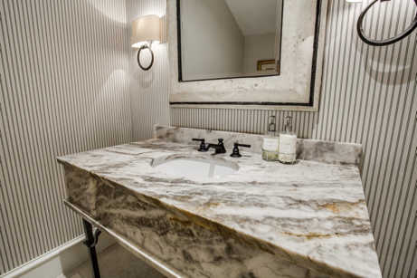 Bathroom countertop made with quartzite
